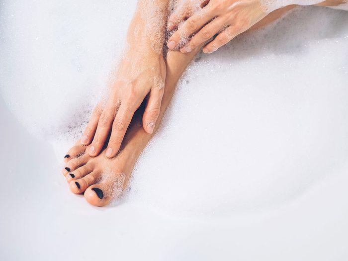 Une bonne hygiène permet de remédier à la mauvaise odeur des pieds.