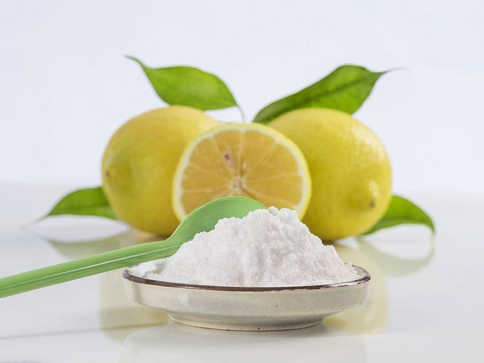 Utiliser du charbon ou du bicarbonate de soude contre la mauvaise odeur des pieds.