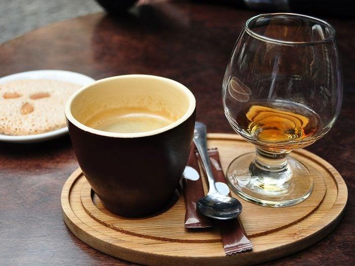 Une consommation excessive de café et d'alcool peut engendrer une mauvaise odeur des pieds.