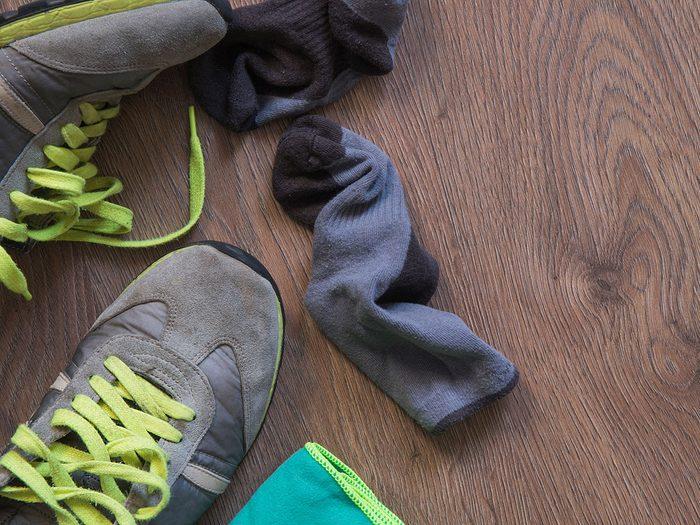 Une mauvaise hygiène peut engendrer une mauvaise odeur des pieds.