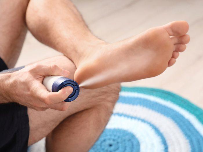 Les antisudorifiques peuvent éviter la mauvaise odeur des pieds.