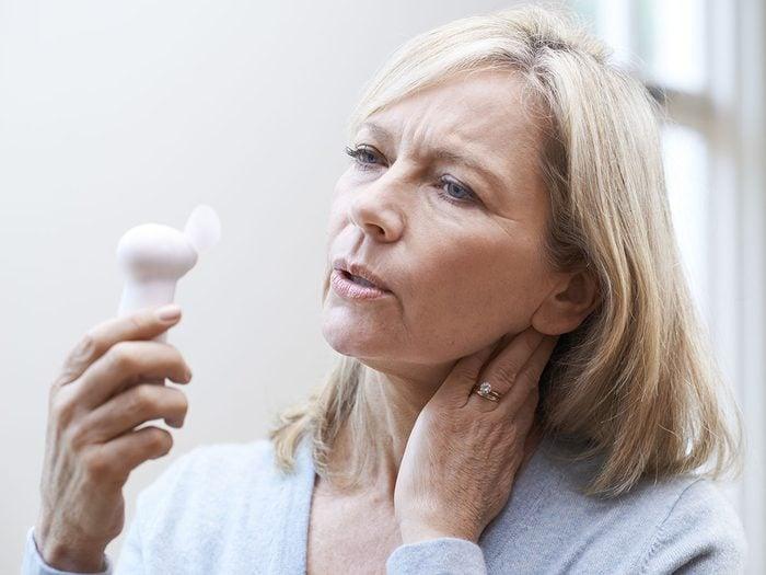 La périménopause et la ménopause peuvent engendrer une mauvaise odeur des pieds.