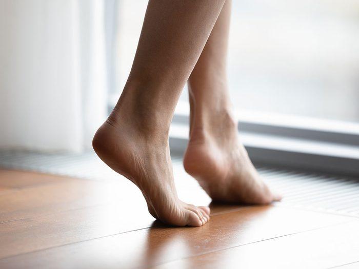 Une accumulation de bactéries peut engendrer une mauvaise odeur des pieds.