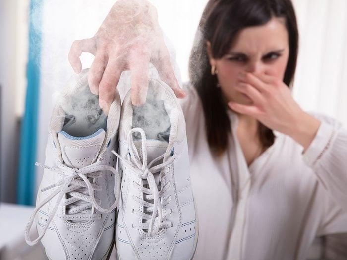Une transpiration excessive peut engendrer une mauvaise odeur des pieds.