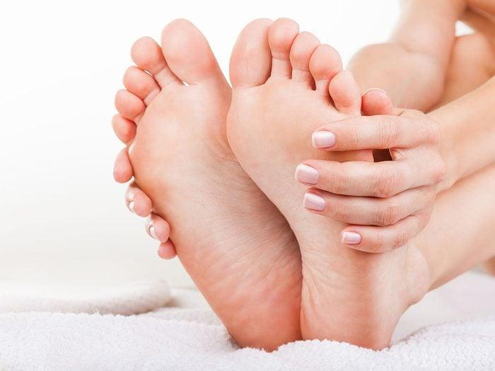 Les remèdes naturels contre la mauvaise odeur des pieds.