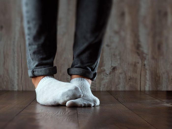 Qu'est-ce qui cause la mauvaise odeur des pieds?
