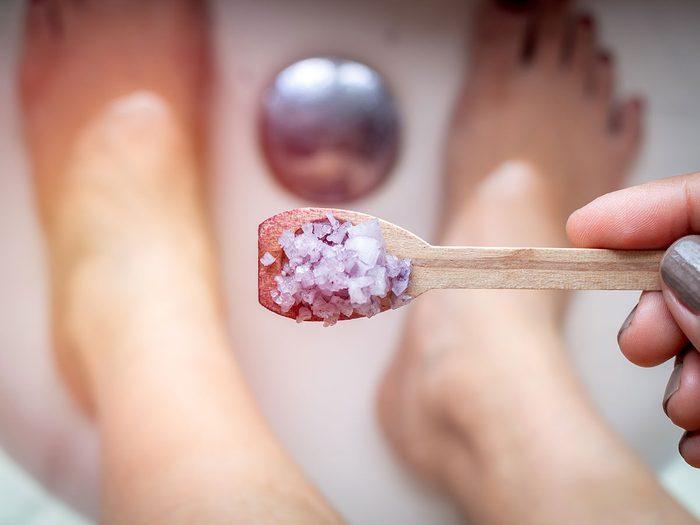 Un bain au sel d'Epsom contre la mauvaise odeur des pieds.