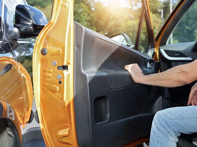 Mieux vaut toujours ouvrir sa portière de voiture avec la main droite.
