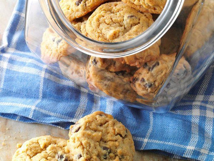 Recette de biscuits au beurre d'arachide et aux brisures de chocolat.