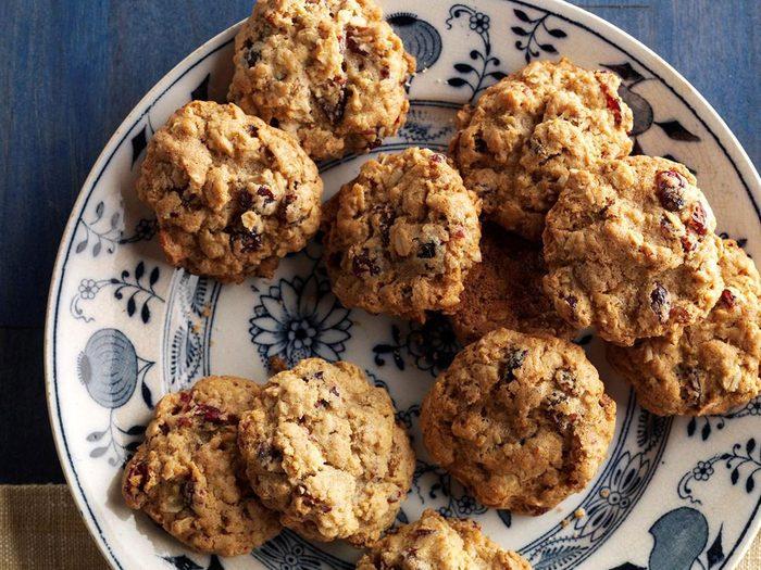Recette de biscuits à l'avoine, aux canneberges et aux pacanes.