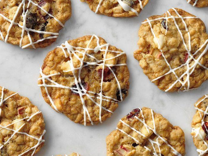 Recette de biscuits à la rhubarbe et aux canneberges.
