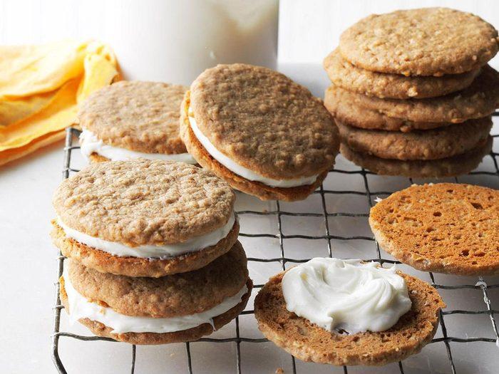 Recette de biscuits-sandwichs à la crème.