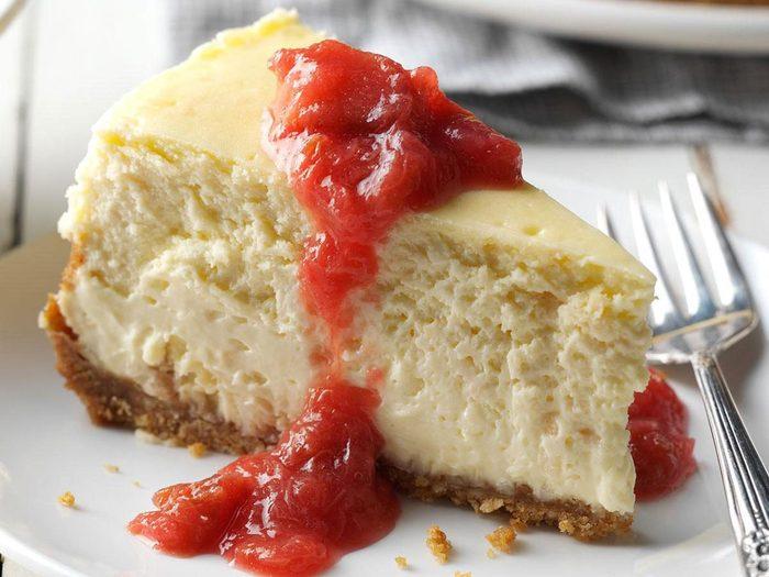 Recettes de gâteau au fromage à la noix de coco et compote de rhubarbe.