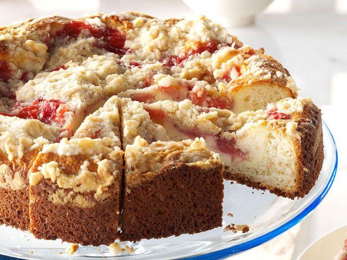 La recette du gâteau à la vanille au coulis à la rhubarbe et aux fraises.