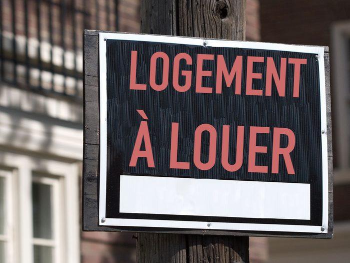 Faire la tournée des rues du quartier pour la recherche d'appartement.
