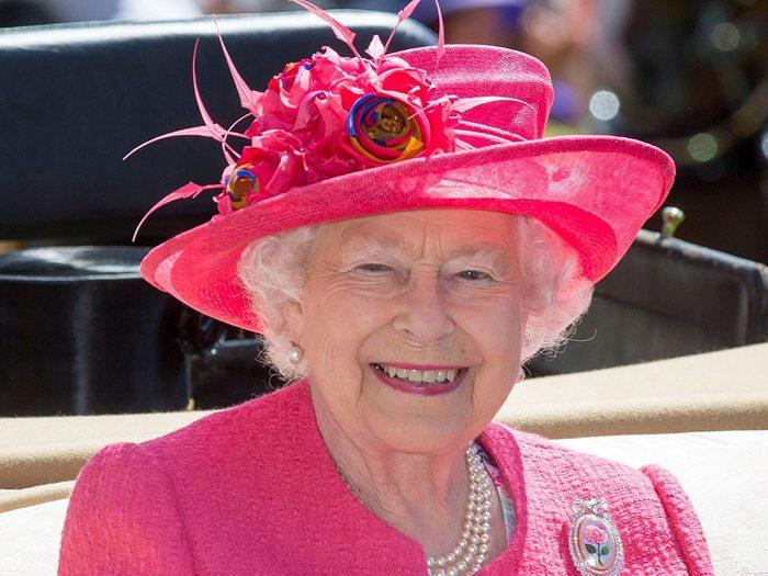 Même si la reine Elizabeth renonce au trône en raison de son âge, le prince de Galles a déjà plus de 70 ans.