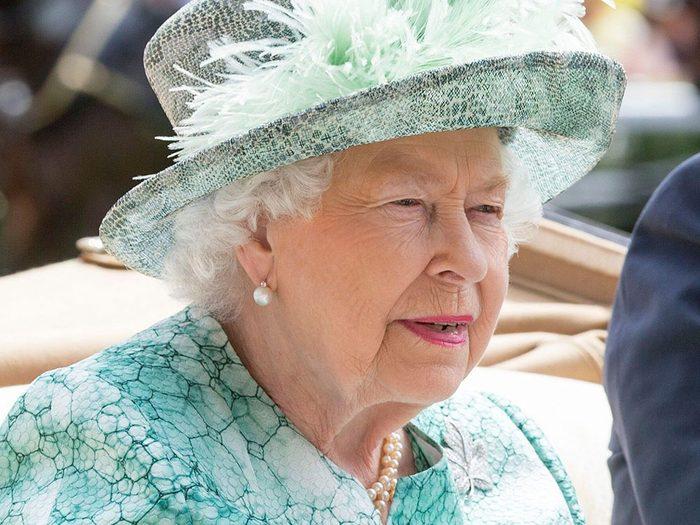 Mis à part les rumeurs quant à l'abdication de la reine Élizabeth II, un des sujets les plus sensibles est le titre que porterait Camilla Parker Bowles si elle et le prince Charles sont assignés au trône.