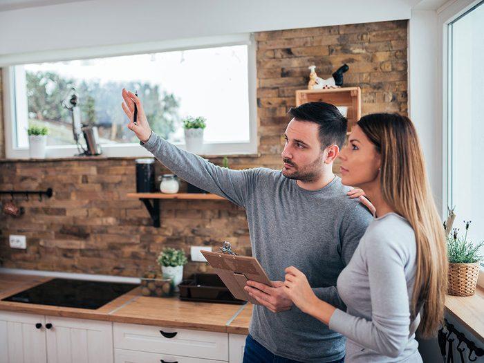 Les rénovations peuvent contribuer à creuser davantage un fossé déjà présent dans le couple.