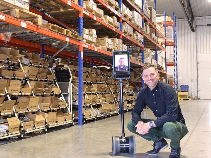 Ces robots de téléprésence sont distribués pour la première fois au Québec par l'entrepreneur Julien Depelteau.