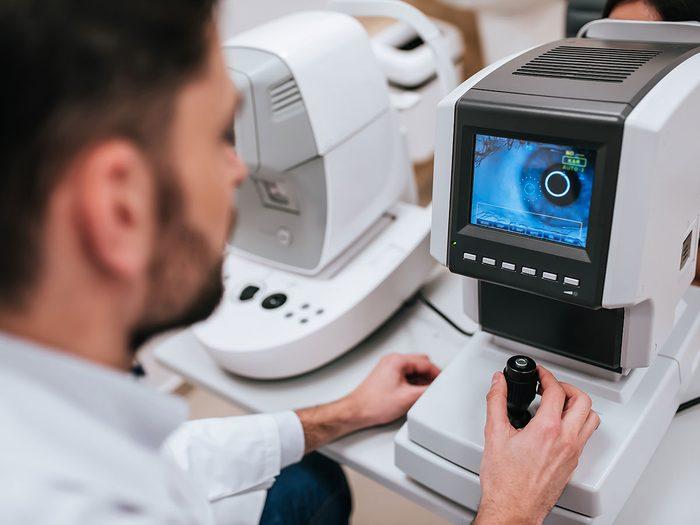 L'ophtalmologue n'a pas tout de suite trouvé le ver dans l'oeil de la patiente.