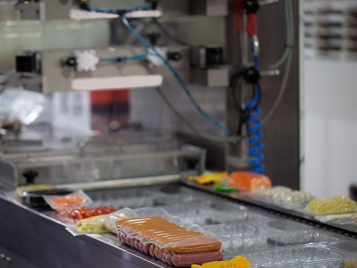 La fabrication de la viande transformée.