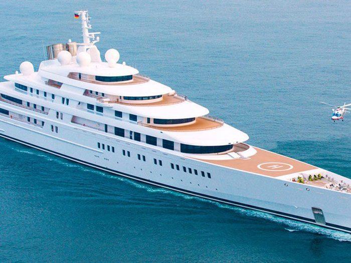 Vous pouvez acheter un super yacht avec 1 milliard de dollars.