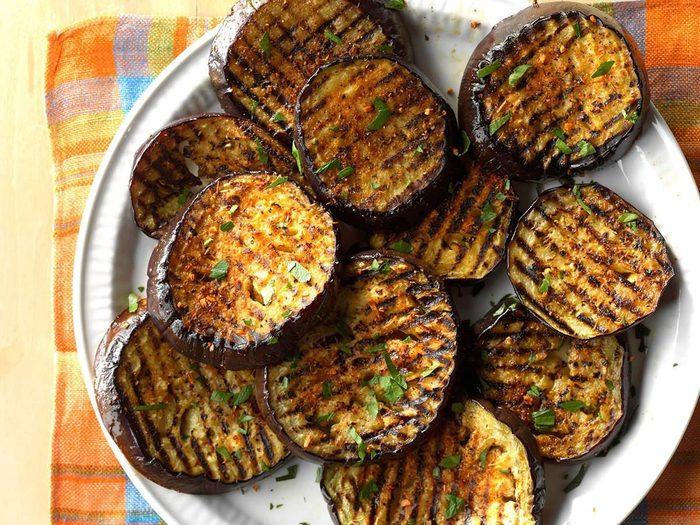 Aubergines grillées épicées au barbecue.