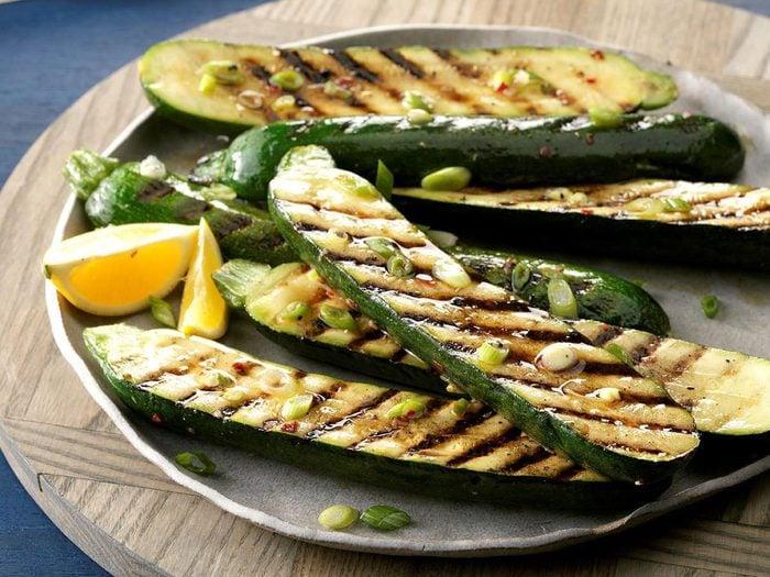 Courgettes grillées aux oignons verts au barbecue.