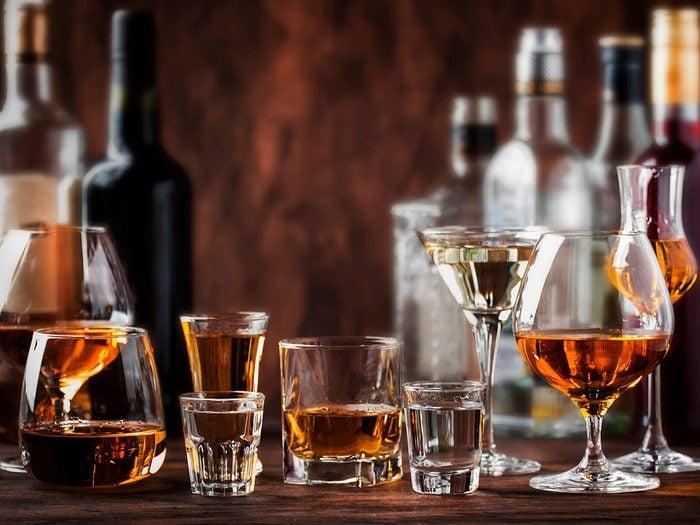 Le vin et les alcools forts font partie des pires boissons pour s'hydrater.