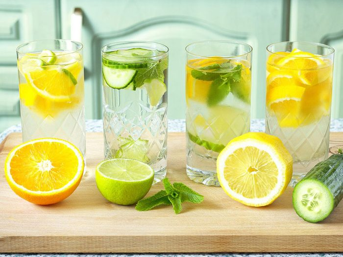 L'eau infusée aux fruits est l'une des meilleures boissons pour s'hydrater.