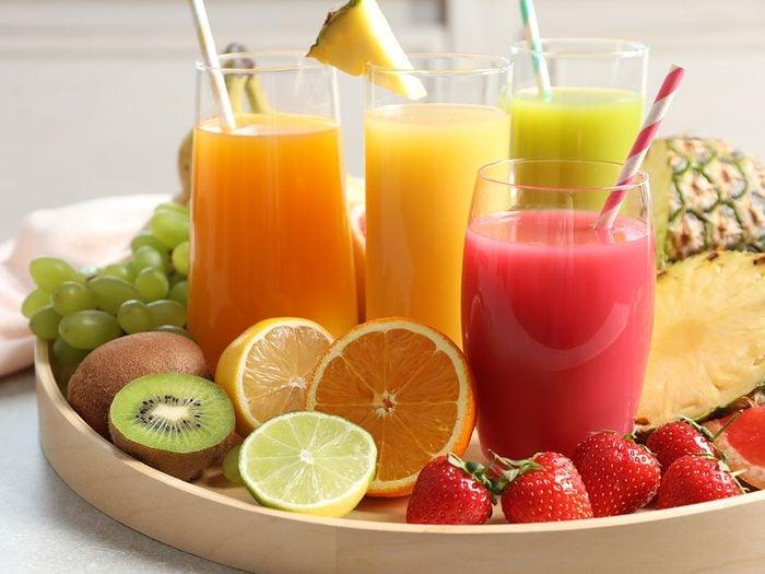 Le jus de fruits est l'une des meilleures boissons pour s'hydrater.