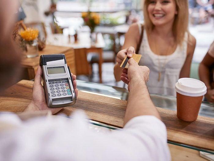 Ne jamais utiliser sa carte de crédit quand un marchand s'éloigne avec une carte.