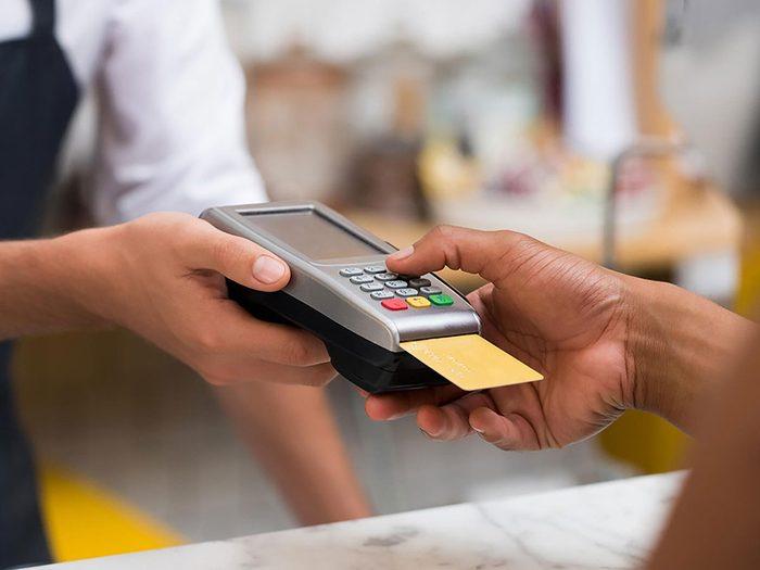 Ne jamais utiliser sa carte de crédit quand les fils de plastique d'un terminal sont visibles.