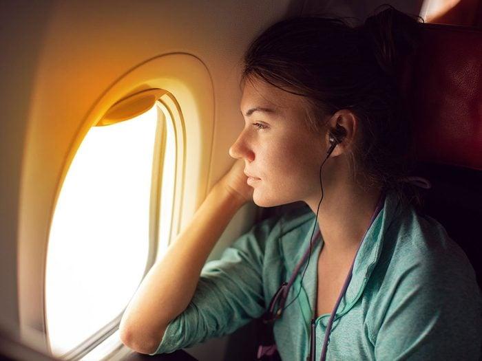 Les écouteurs ne font pas partie des choses gratuites à demander dans l'avion.