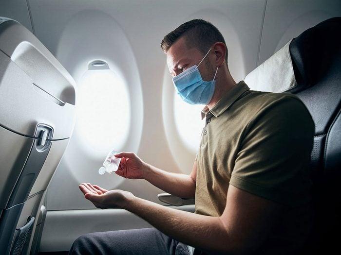 Les produits antiseptiques font partie des choses gratuites à demander dans l'avion.
