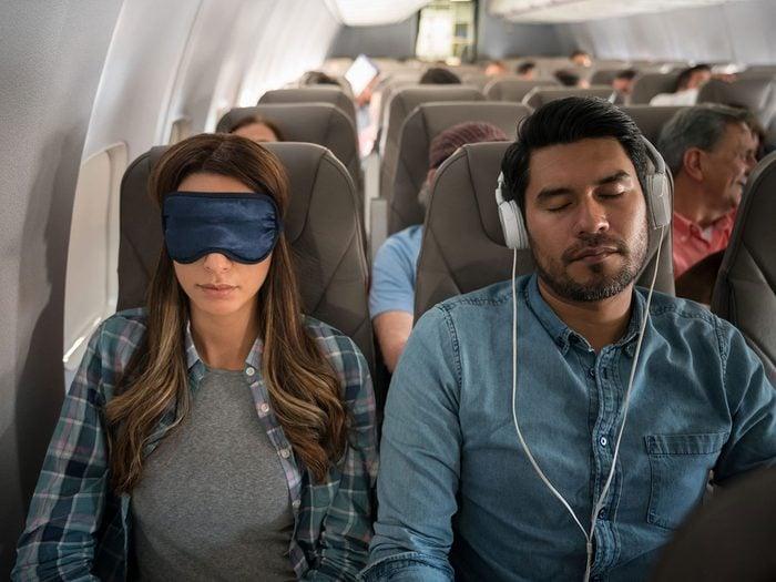 Les masques pour les yeux font partie des choses gratuites à demander dans l'avion.