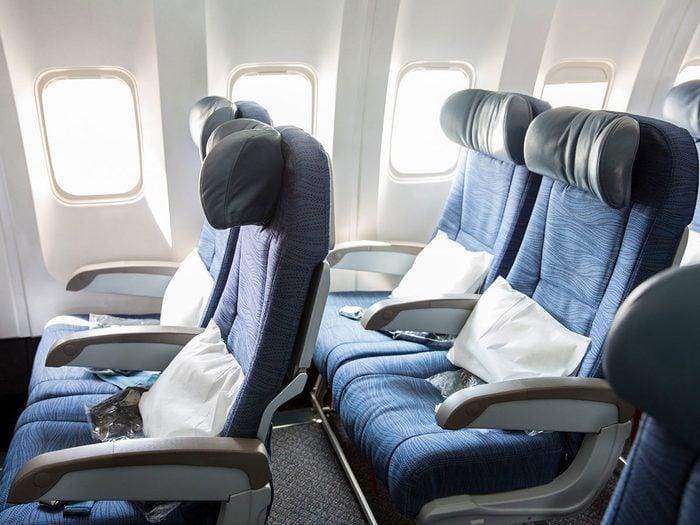 Les oreillers ne font pas partie des choses gratuites à demander dans l'avion.