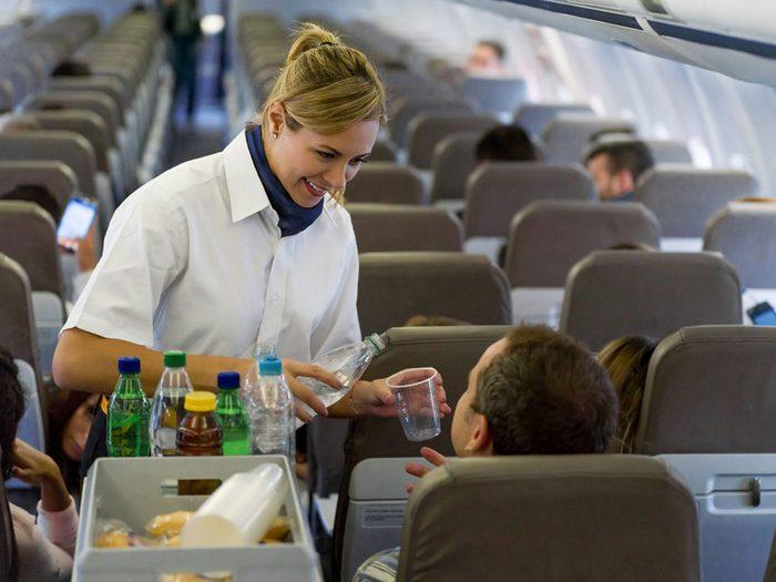 Les restants de nourritures et boissons font partie des choses gratuites à demander dans l'avion.