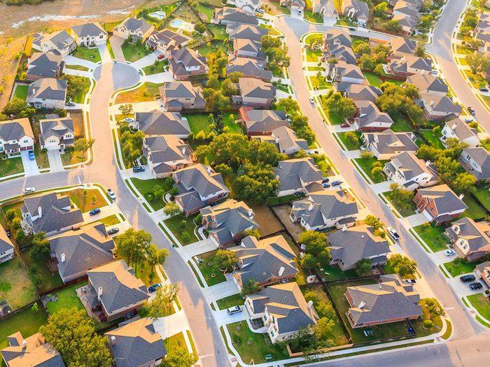 Économiser de l'argent en investissant dans l'immobilier.