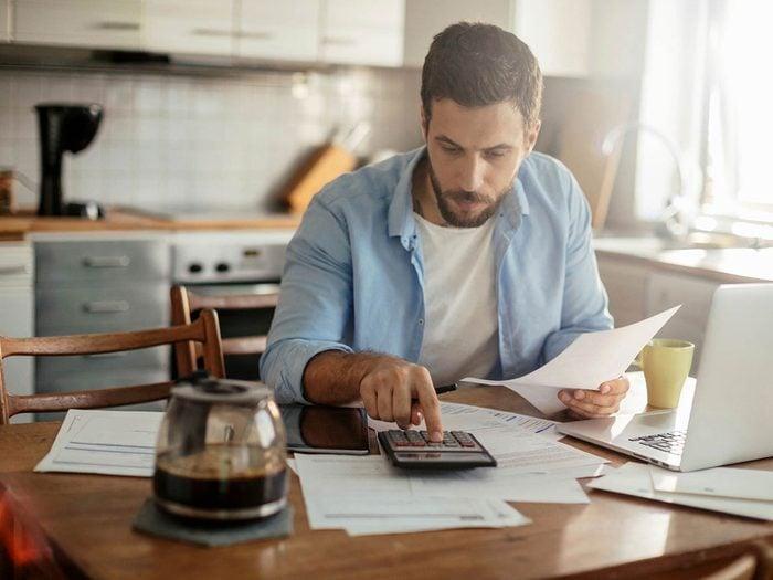 Économiser de l'argent en épargnant la valeur de 6 mois de dépenses.