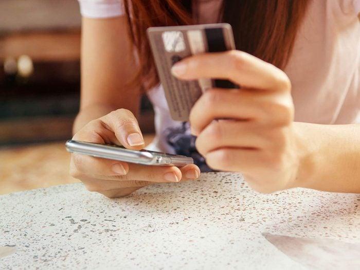 Économiser de l'argent en remboursant ses cartes de crédit chaque mois.