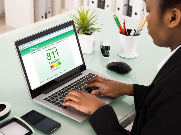 Économiser de l'argent en surveillant les rapports de crédit.