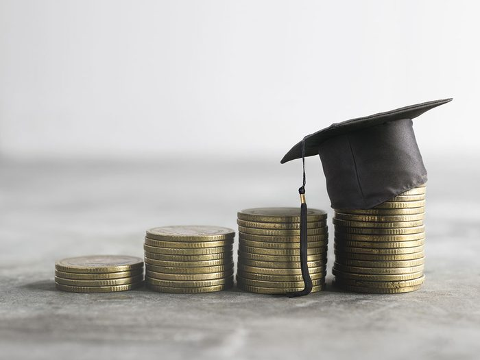 Économiser de l'argent en remboursant ses prêts étudiants.