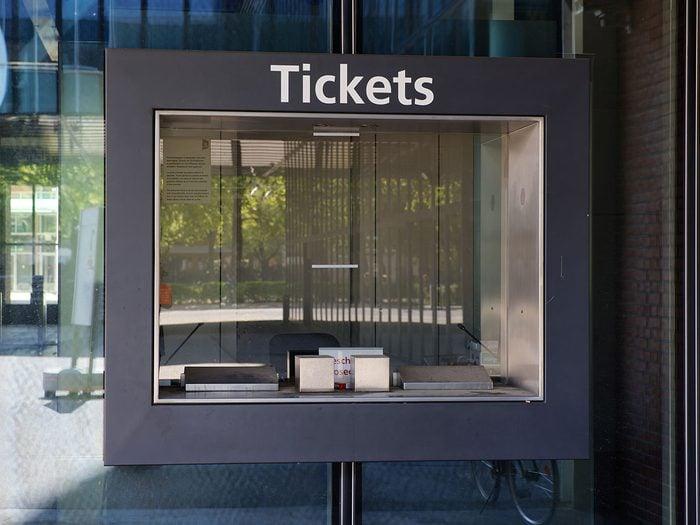 Acheter les tickets d'événements au guichet pour éviter des frais cachés.