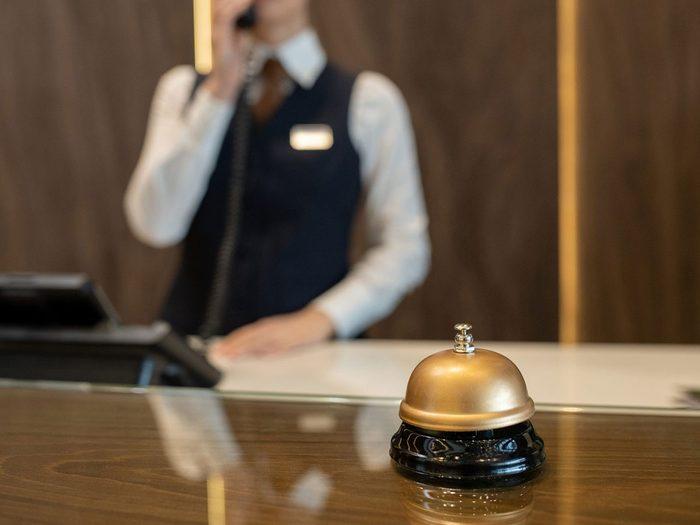 Des frais cachés en guise de surprise au guichet de l'hôtel.