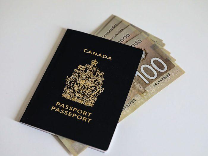 Éviter les frais cachés durant un voyage à l'étranger.