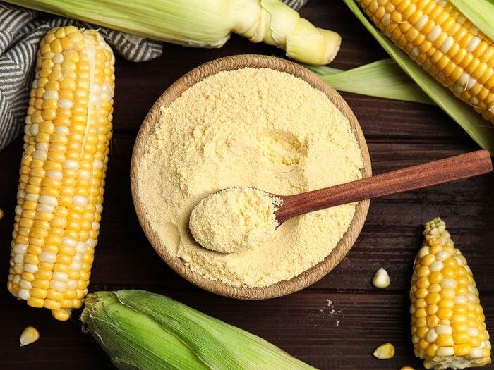 Éliminer les mauvaises herbes du jardin avec de la farine de maïs.