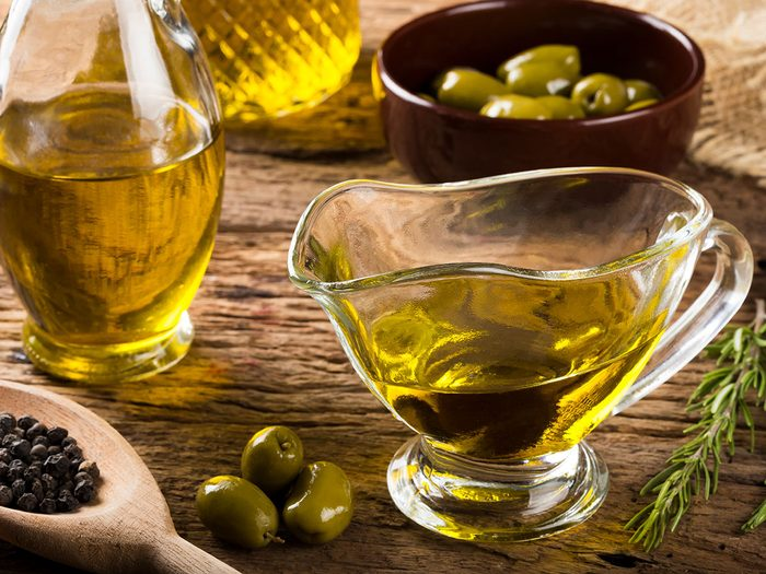 Nettoyer les outils de jardin avec de l'huile d'olive.