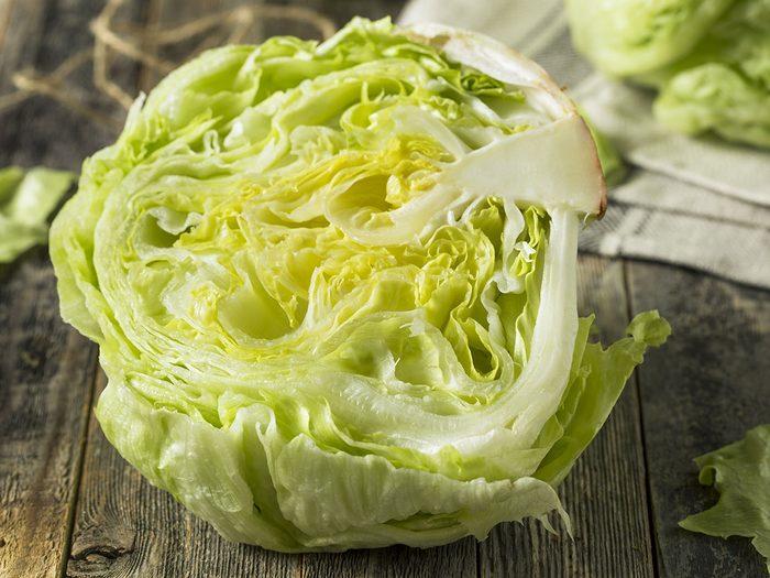 La laitue fait partie des légumes à planter à partir des restes de cuisine.