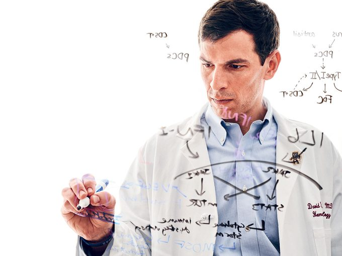 Un médecin se guérit lui-même d'une maladie mortelle.